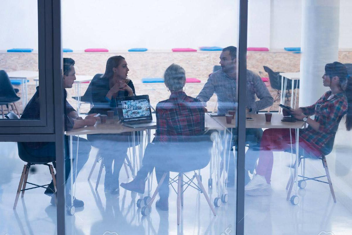 52955695-business-team-di-avvio-sulla-riunione-in-ufficio-moderno-luminoso-tra-il-brainstorming-lavoro-sul-co copia